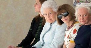 La reina Isabel II (2i), la editora de la revista Vogue, Anna Wintour (2d), y la directora del British Fashion Council, Caroline Rush (2d), asisten al desfile del diseñador británico Richard Quinn, durante la Semana de la Moda de Londres (Reino Unido)
