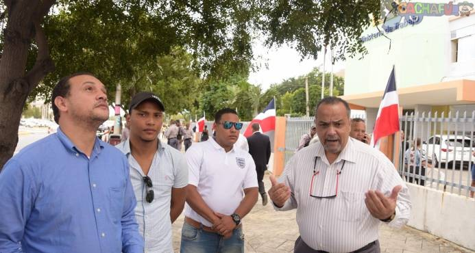 Empleados de Pawa Dominicana se trasladaron hasta el Ministerio de Trabajo donde entregaron un documento para pedir prestaciones.