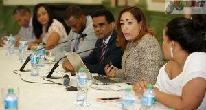 Durante el diálogo con periodistas, directores de medios y la Dirección General de Ética e Integridad Gubernamental (DIGEIG).