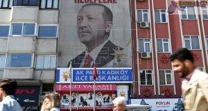 Varios ciudadanos pasan junto a un cartel gigante del presidente turco, Recep Tayyip Erdogan, en Estambul (Turquía) hoy, 19 de abril de 2018. EFE/Archivo